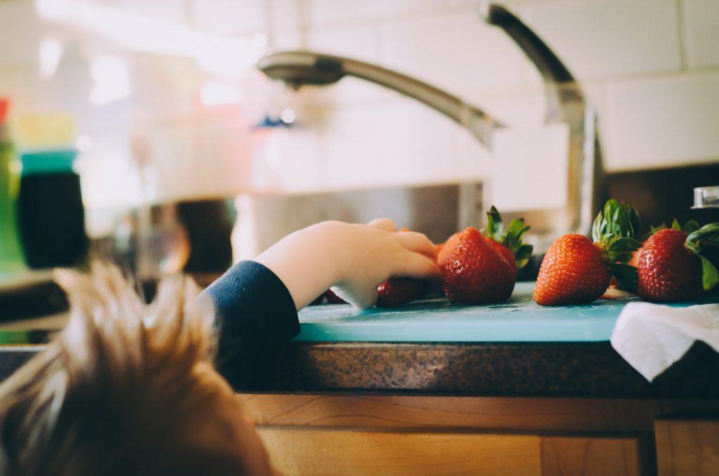 niño y fresas
