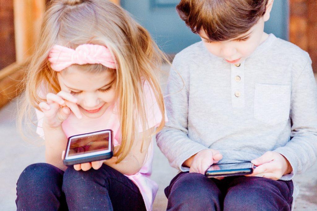 niños con telefonos